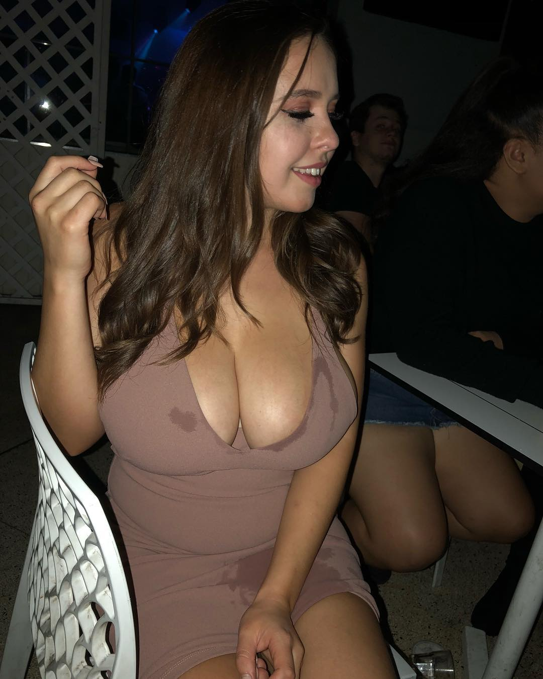 Free nude celebrity pictures selena gomez classy sexy cleavage with no bra