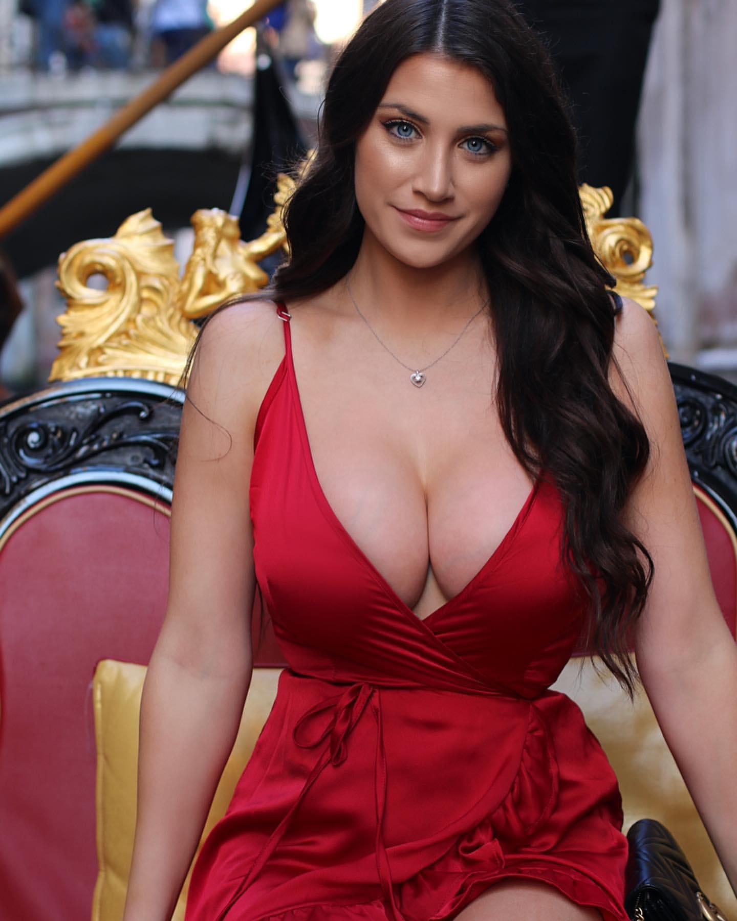 Salma hayek serves up killer cleavage in smoking hot throwback, fans go wild