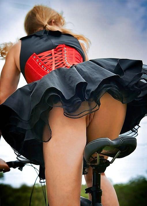 эротика ветер под юбки в чулках максимально